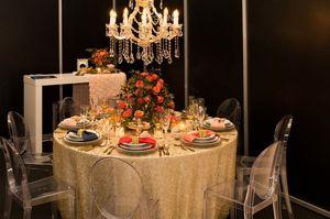 飾られたテーブルと皿