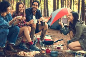 キャンプをする若者たち