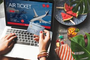 パソコンで航空チケットをクレジット払いする人