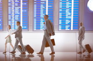 空港を行き交うビジネスマン