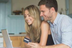 クレジットカードを持つカップル