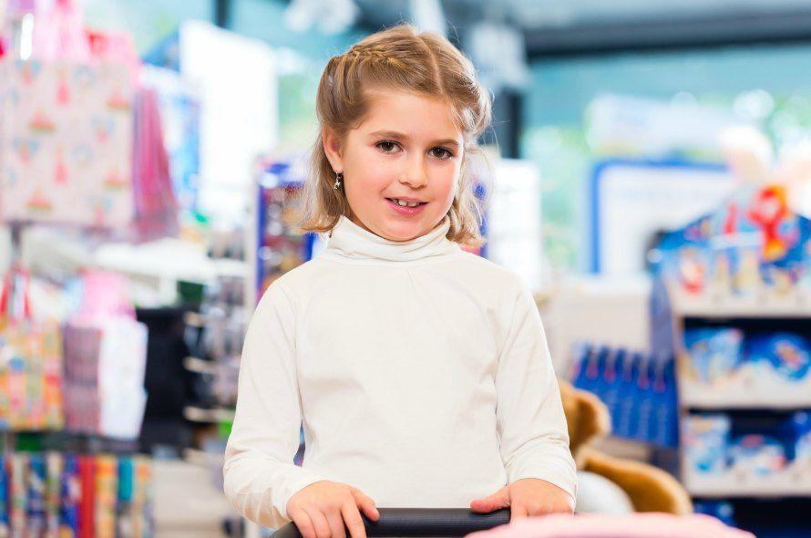 買い物をする少女