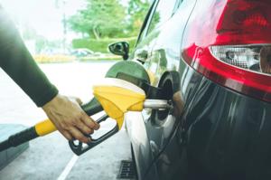 ガソリンを給油する人