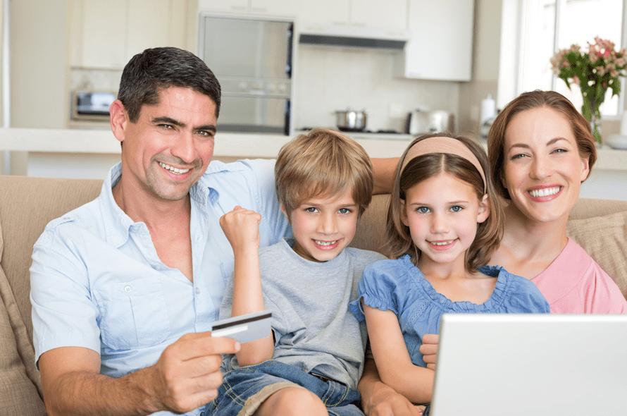 カードを持っている父親と座る家族