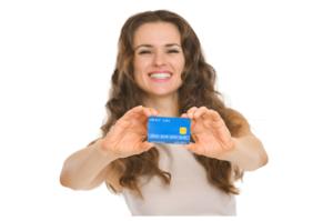 クレジットカードを見せる女性