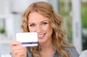 カードを見せる女性