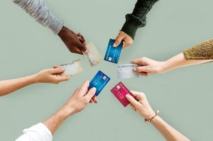 クレジットカードを見せ合う人たち