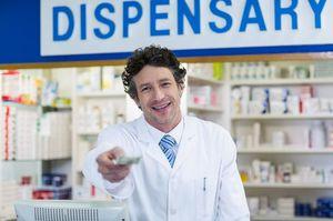 薬局でお金を差し出す男性