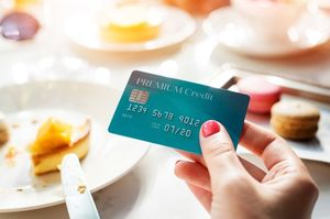 カフェをしながらクレジットカードを出す