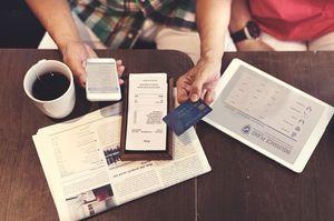 お茶をしながらクレジットカードを出す人