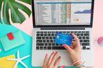 パソコンしながらクレジットカードを見る人