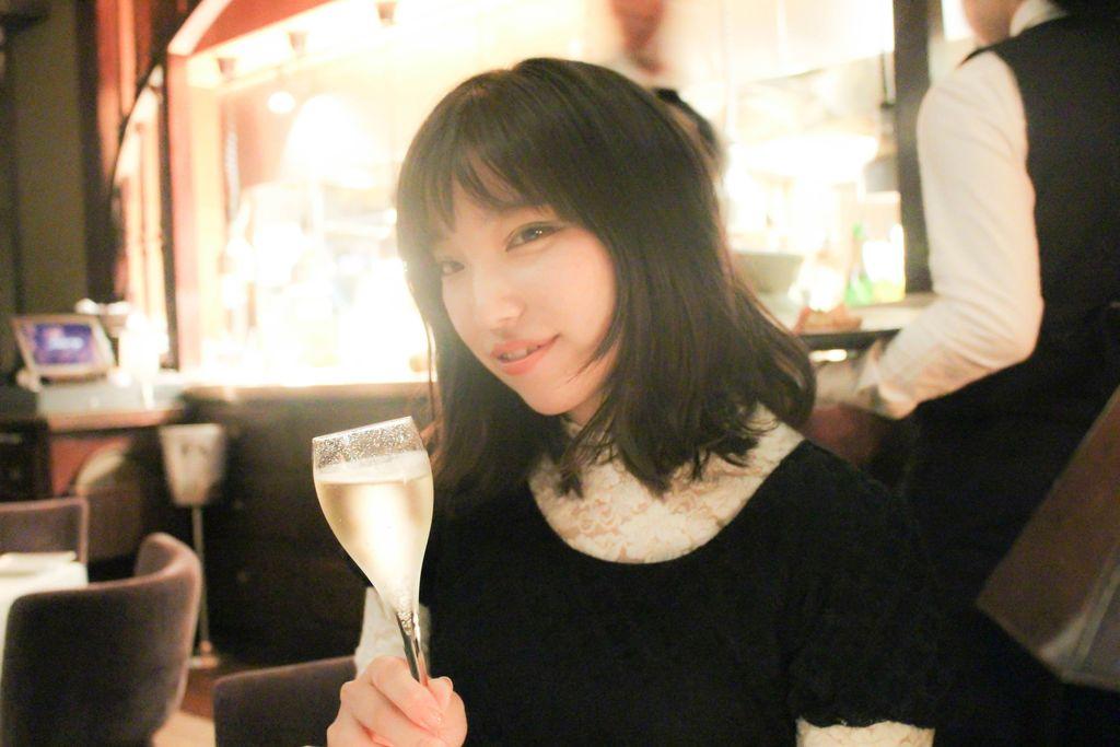 シャンパンを飲む太田