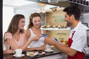 カフェでお茶する女性達
