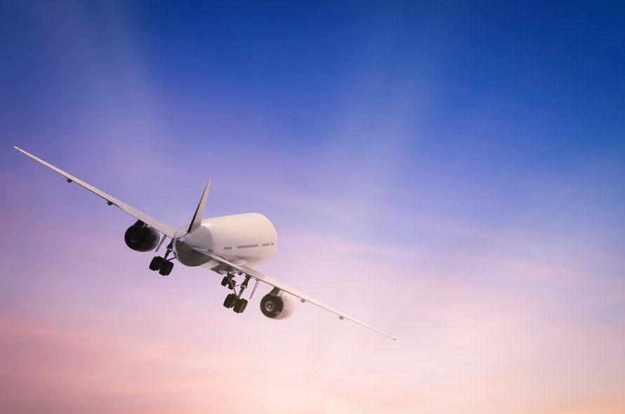 空を飛行する飛行機
