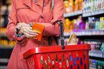 カゴを持って買い物する女性