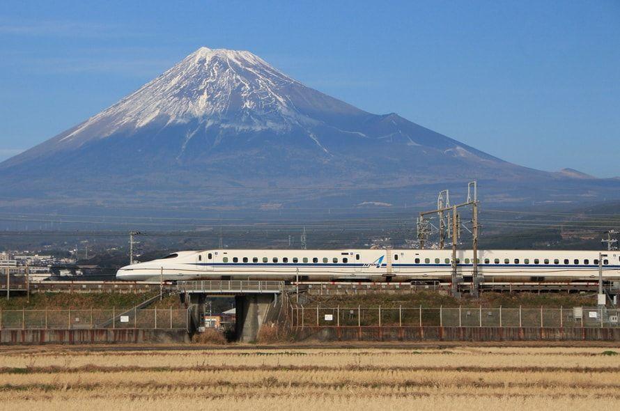 富士山の近くを通過する新幹線