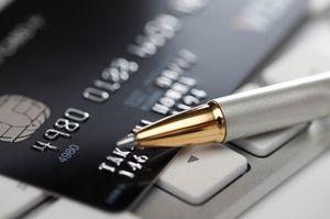 クレジットカードの上にあるペン