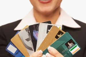 クレジットカードを沢山持つ女性