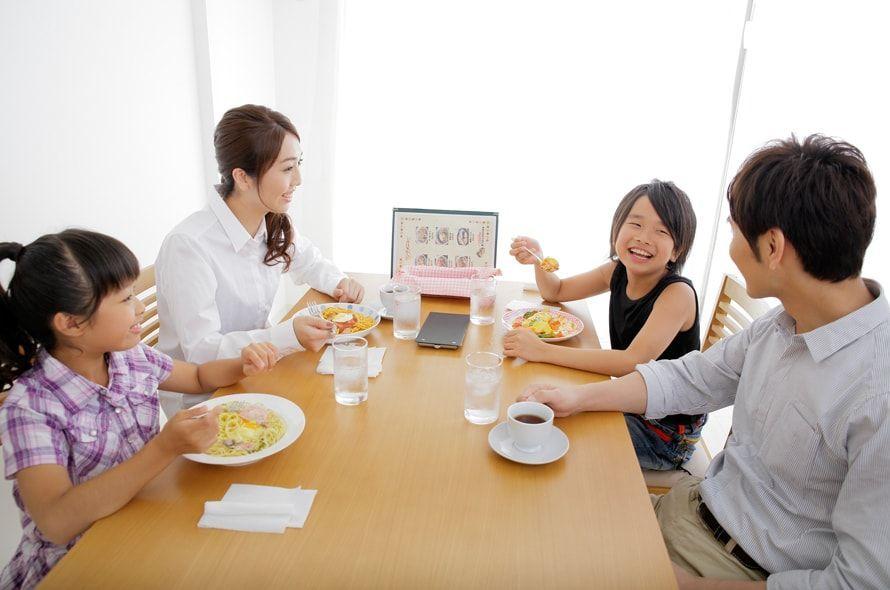 ファミレスで食事する家族