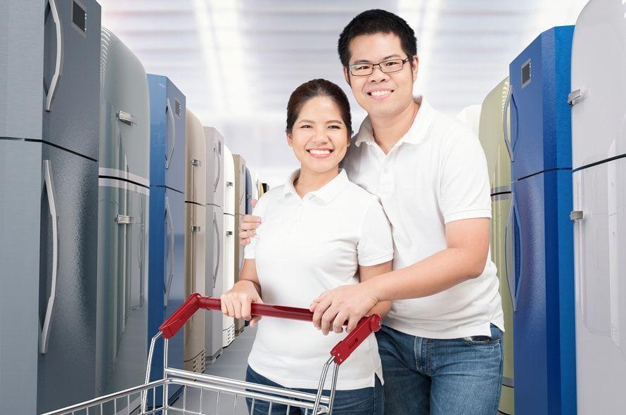 家電量販店で買い物する男女