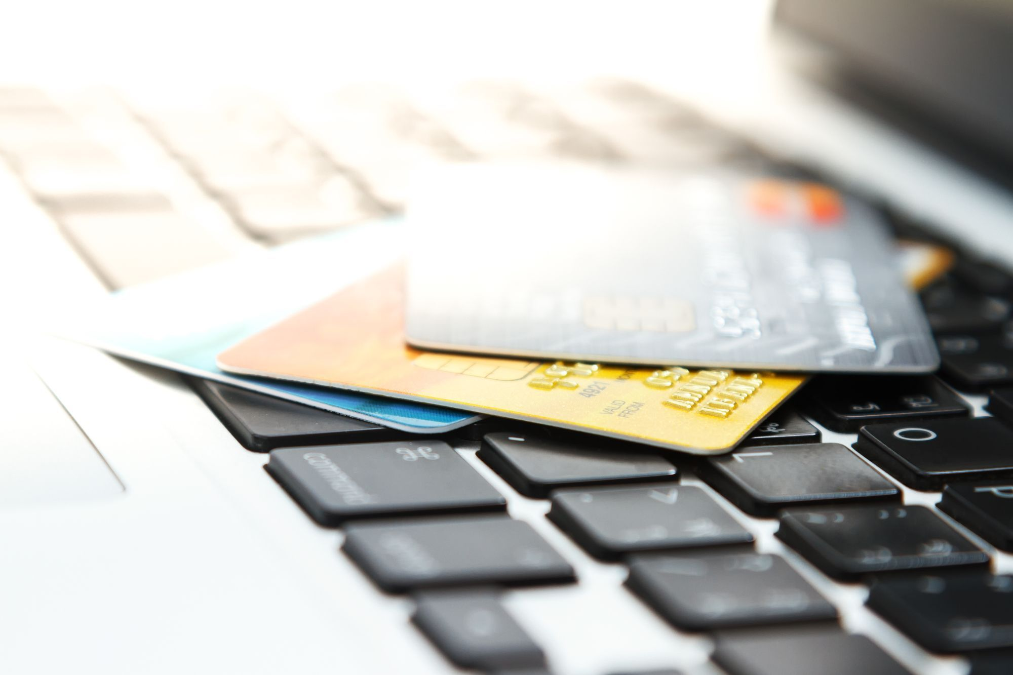 パソコンの上のクレジットカード