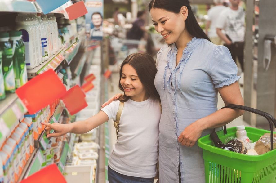 買い物する親子
