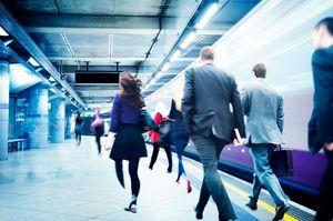 地下鉄を行き交う人々