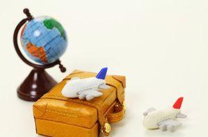 飛行機とカバンと地球儀の模型