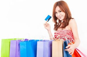 カードを持って買い物袋を並べる女性