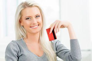 カードを持ちながら笑う女性