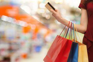 買い物しながらカードを出す女性