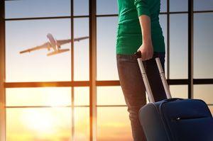 空港でスーツケースを持つ人