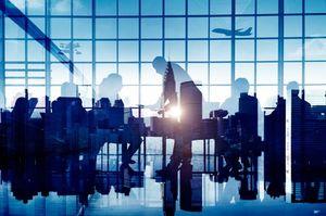 空港を利用する人々