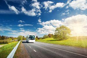 道路を走る高速バス
