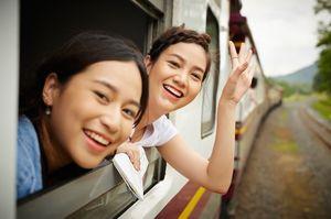 電車から顔を出す女性達