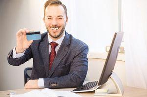 クレジットカードを掲げる男性