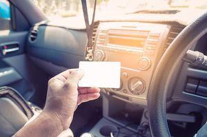 車内でカードを持つ手