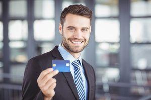 笑顔でカードを持つ男性