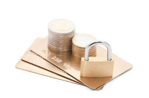 ゴールドカードとコインと南京錠