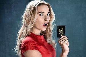 驚きながらメンバーズカードを見せる女性