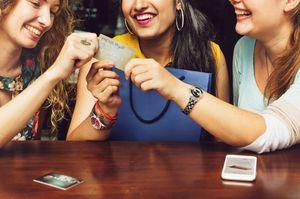 クレジットカードを掴む3人の女性