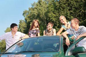 車の周りで話す若者たち