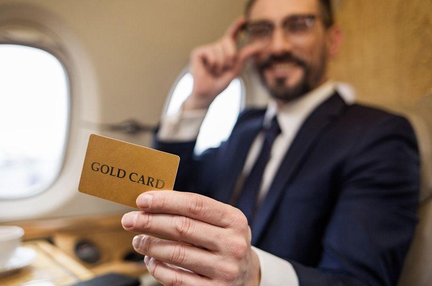 機内でゴールドカードを持つ男性