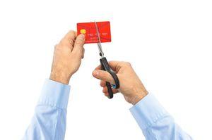 クレジットカードをはさみで切る