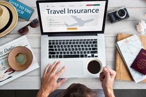 ノートパソコンにTravel Insuranceの文字