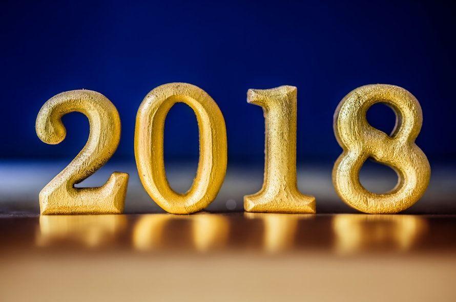 2018と書かれたゴールド色の数字