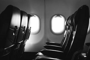 機内の座席の白黒写真