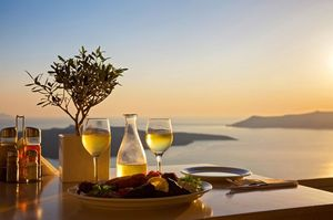 海の見える夕方のレストラン