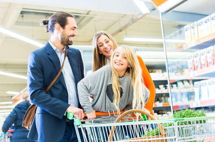 スーパーで買い物する家族