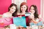買い物袋を持つ3人の女性とカード